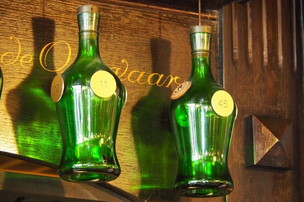 Sjinkerij De Bóbbel - versteckte Uhr in der Bar