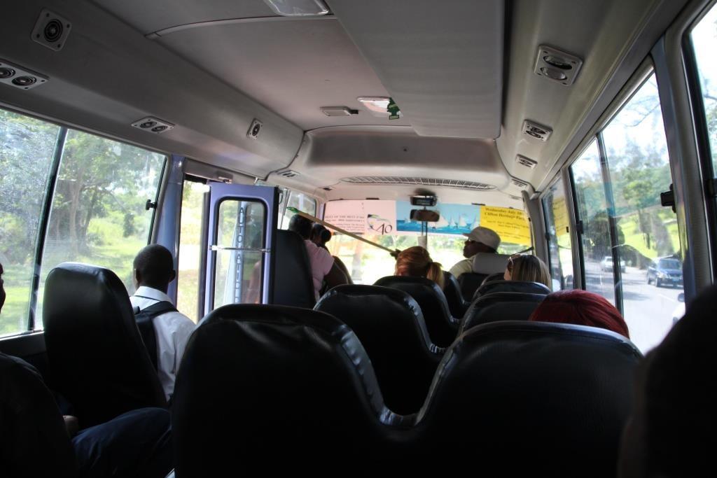 Die Tür im Bus wird vom Fahrer mit einem Stock betätigt.