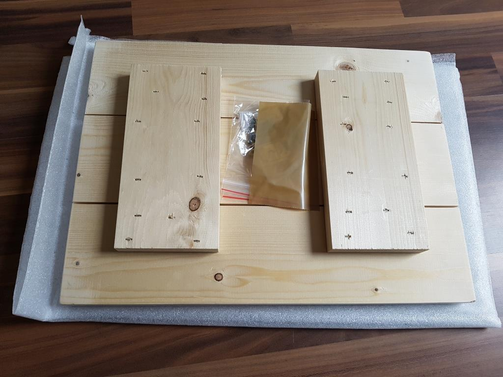 Das Aufhängesystem ist auf der Rückseite in einem extra Beutel fixiert.