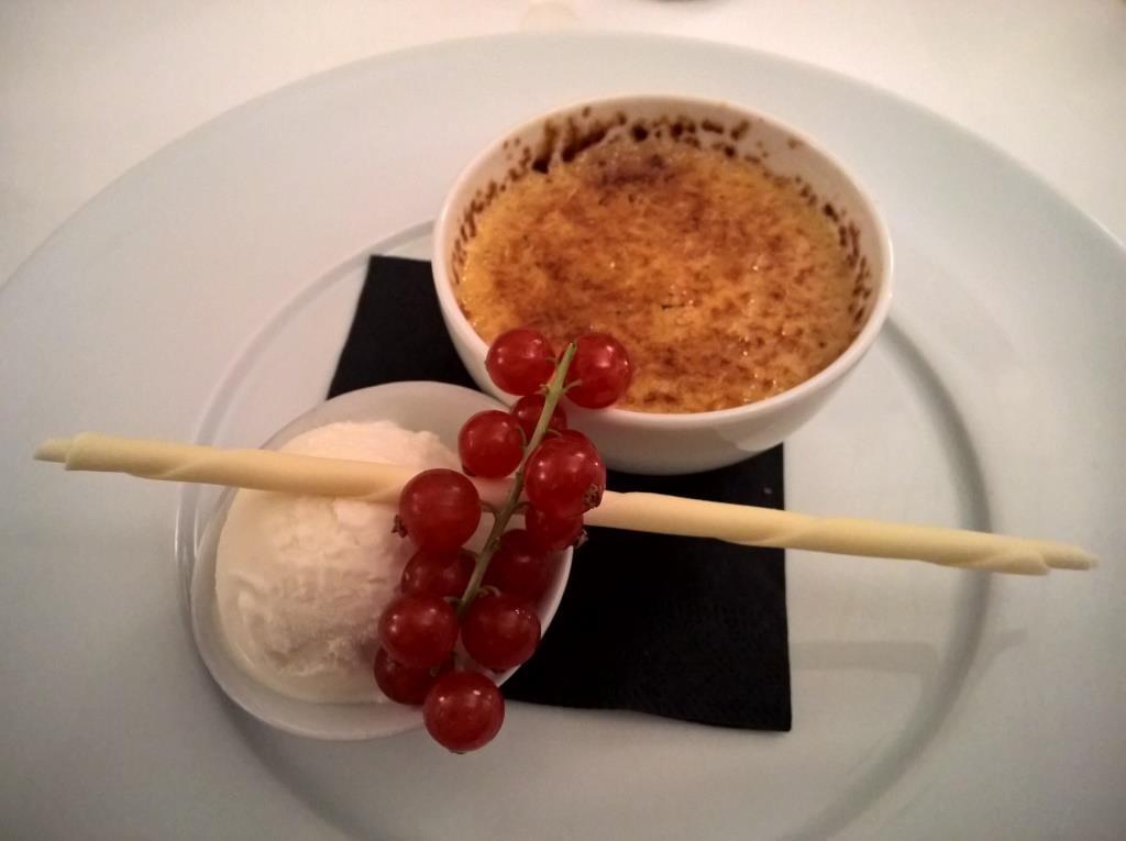 Creme Brulée mit Apfel und Vanilleeis