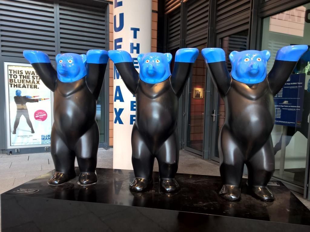 Gesehen vor dem Stage Bluemax Theater am Potsdamer Platz.