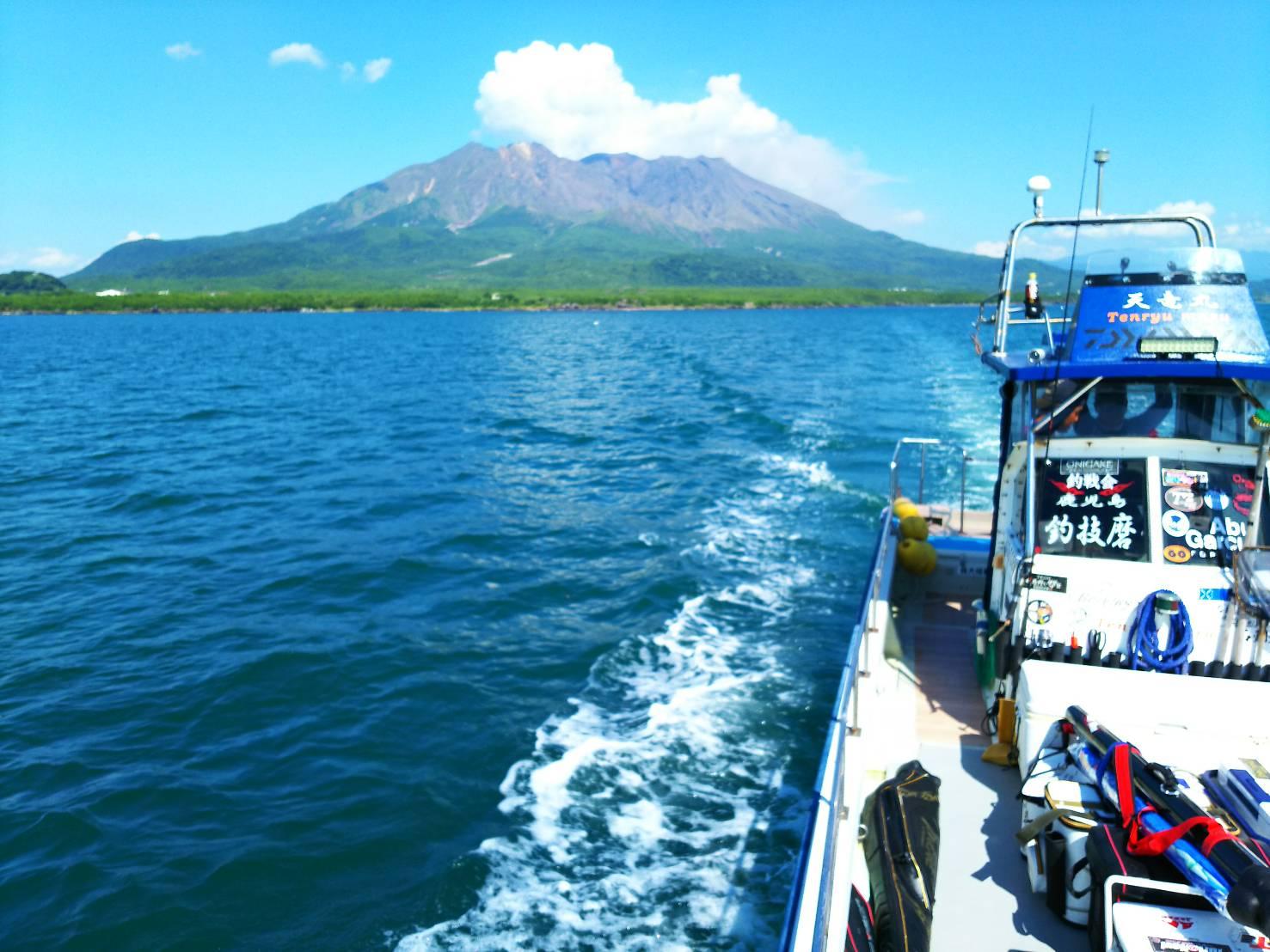 錦江湾に浮かぶ桜島  (写真をタップすると瀬の案内を表示します)