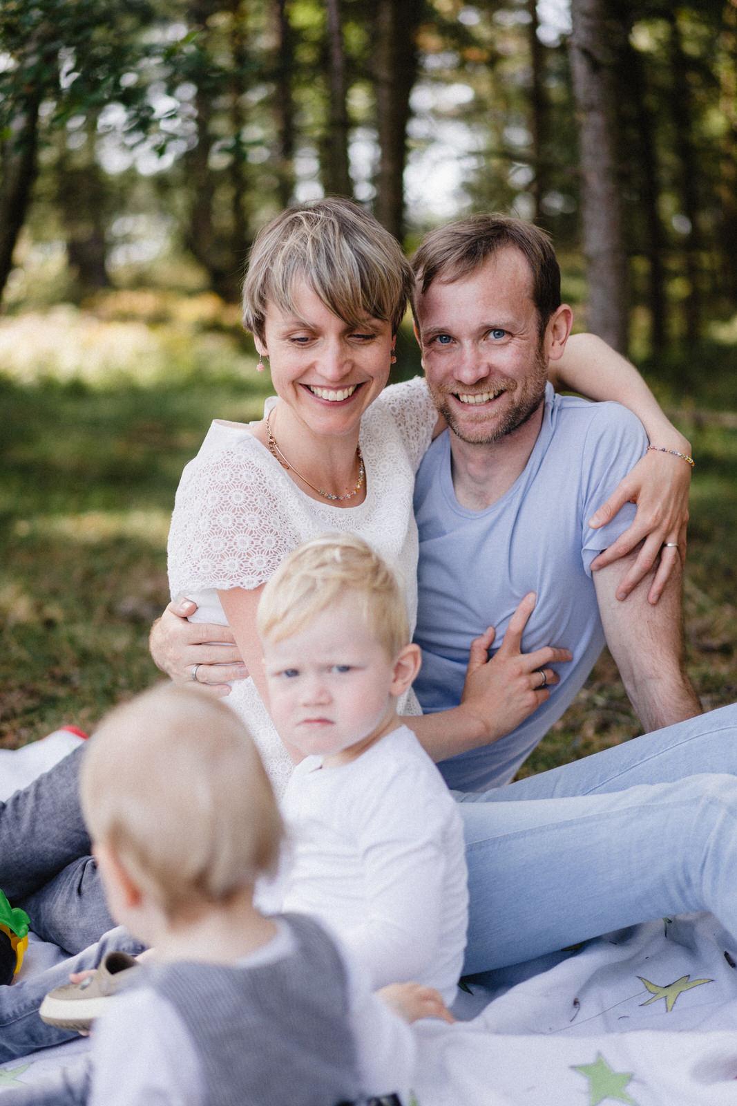Familie Umarmung Kind Jeans blond