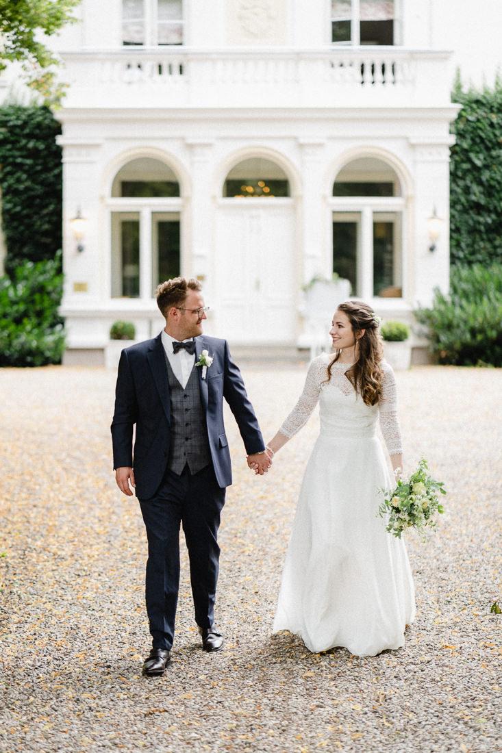 Hochzeitspaar laufen Kies Gut Bliestorf