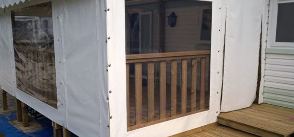 Bâche amovible avec large fenêtre pour terrasse de mobil home