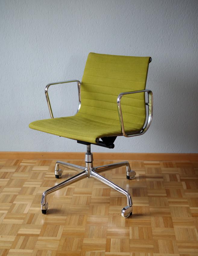 eames aluminium chair ea 117 vintage shop f r vintage. Black Bedroom Furniture Sets. Home Design Ideas