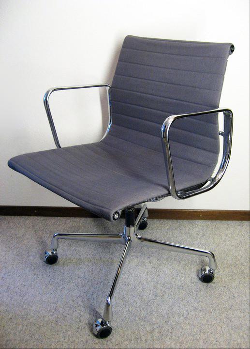 Eames Alu Chair EA 117