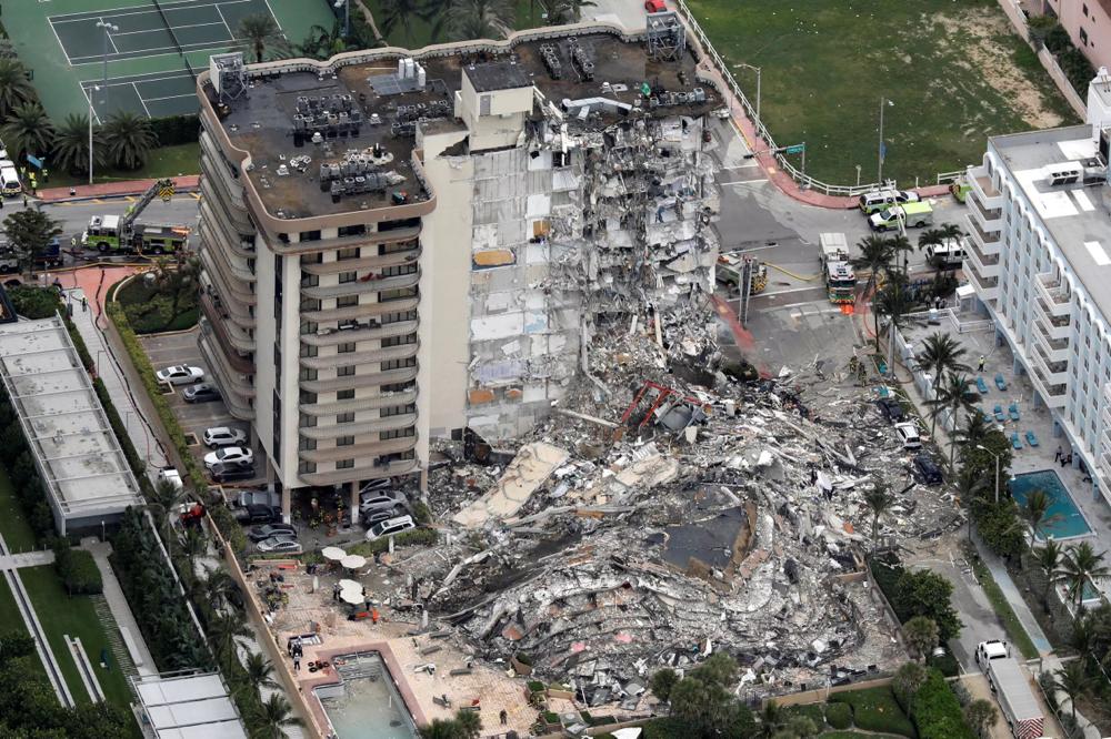 Parte de un edificio de varias plantas en la localidad de Surfside (Florida) se derrumbó repentinamente sobre sí misma, llevándose consigo a muchos de sus habitantes, el jueves 24 de junio. REUTERS - MARCO BELLO
