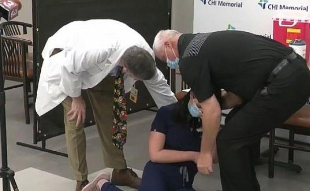 Momento en el que Tiffany Pontes cae al suelo, luego de desmayarse por la vacuna 19/12/2020