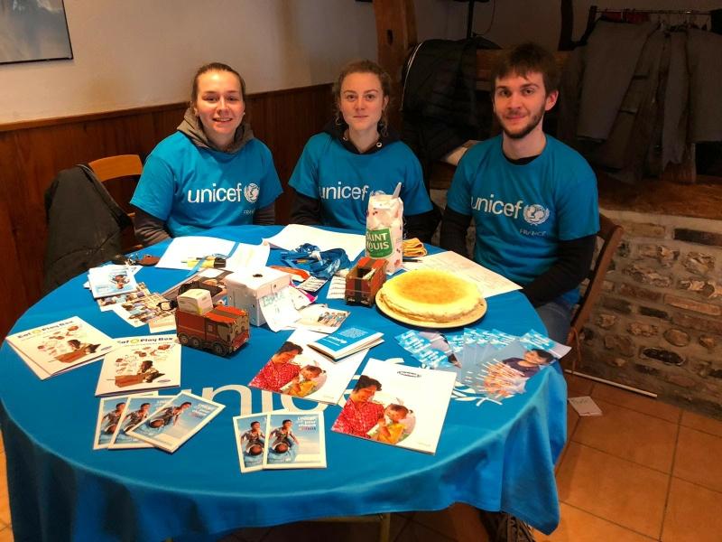 Juliette, Justine, Amaury, étudiants représentant l'UNICEF dans le cadre d'un projet scolaire