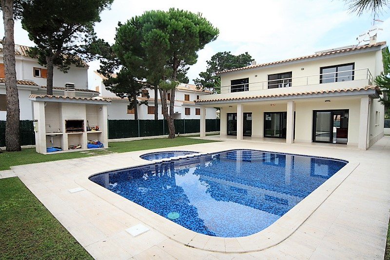 Вилла на продажу и аренду в Испании, Сагаро