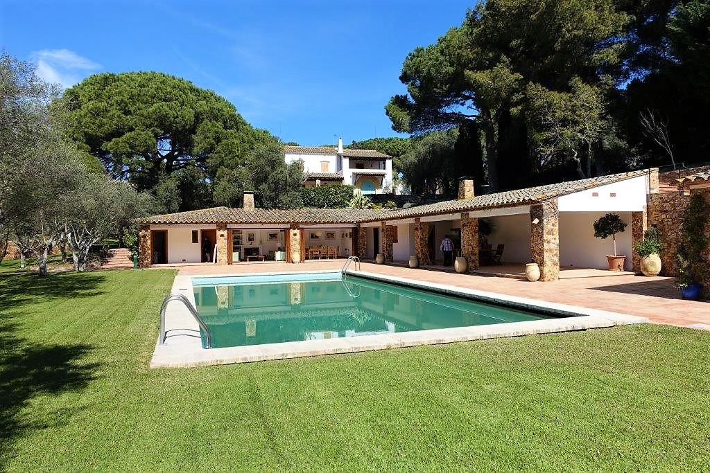 Главный дом имеет 450 м2 жилой площади, большой земельный участок размером 30.000 м2, 7 спальных комнат, 5 ванных комнат