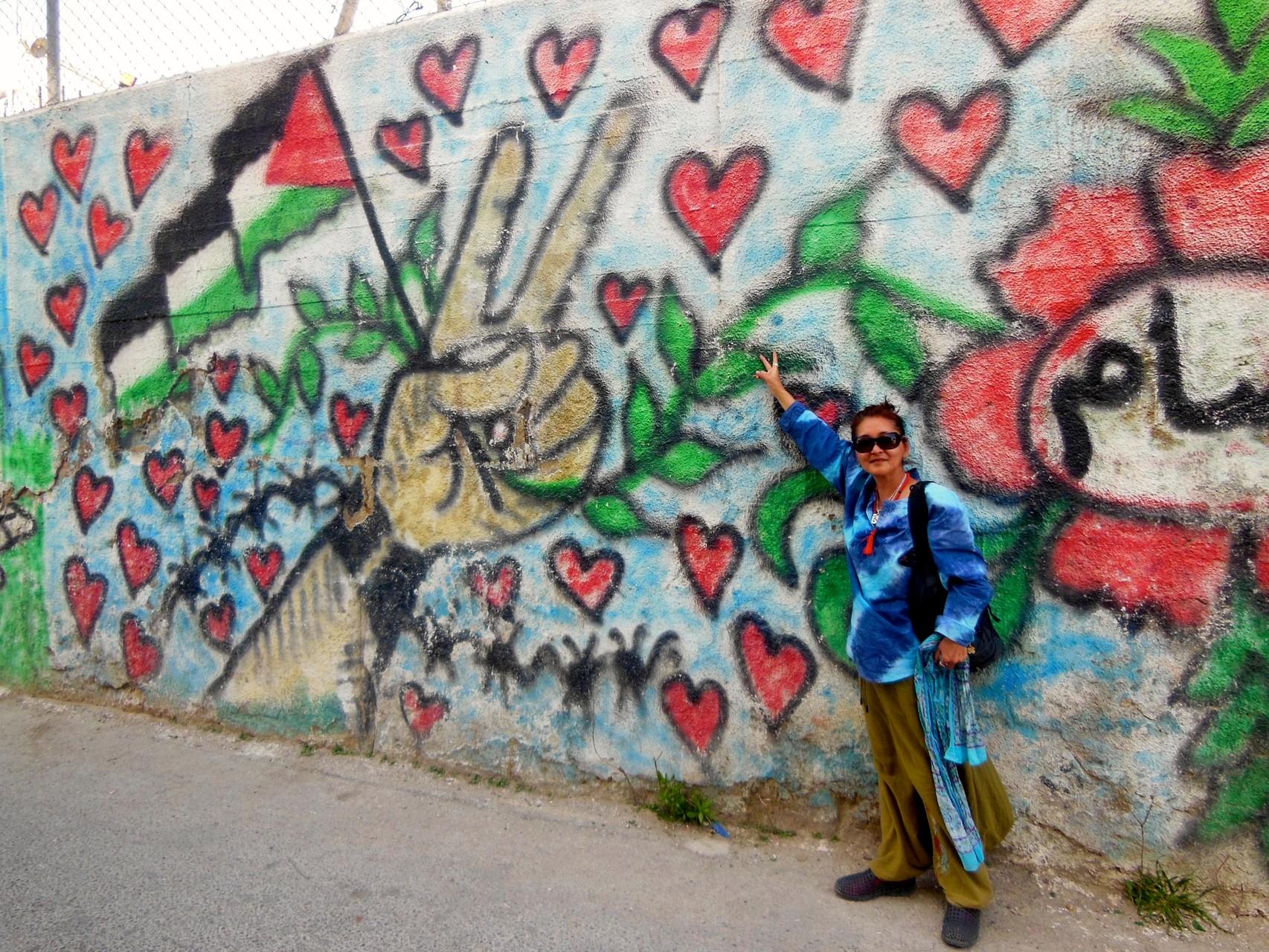 刑務所みたいな壁に平和のメッセージがいっぱい