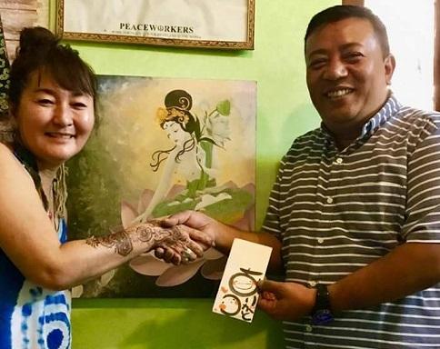 サンオブライト代表 サンタ・ラトナ・シャキア氏に日本からの募金を手渡し