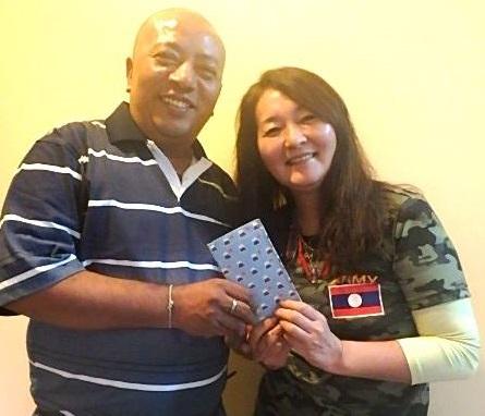 日本の皆さまからの募金をSon of Light代表シャキア氏に手渡しました。