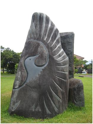 八重山九条の碑背面の鳩