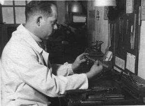 Josef Kurzeder bei der Brillenfertigung