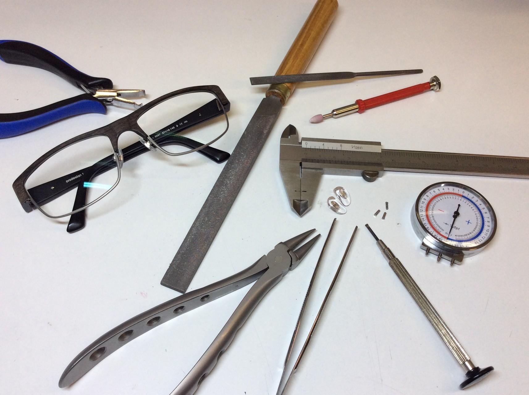 Endmontage und Ausrichten der Brille