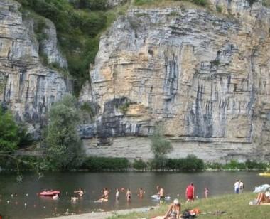 Gluges , les bords de la Dordogne, un lieu de baignade idéal l'été