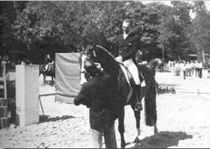 """Das waren noch Zeiten: Alle nationalen Stars – im Bild der viel zu früh verstorbene mehrfache Olympiasieger Dr. Reiner Klimke – ritten 1981 beim VfR um die begehrten Goldschleifen. Deutlich zu erkennen der VfR-Springplatz. Im Hintergrund der """"Waldstall""""."""