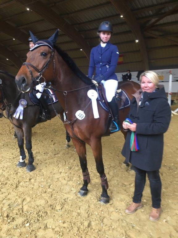 Dritter Platz im Punkte-L-Springen: RSV-Reiterin Jasmin Hage mit Leo und Richterin Heike Frielingsdorf.
