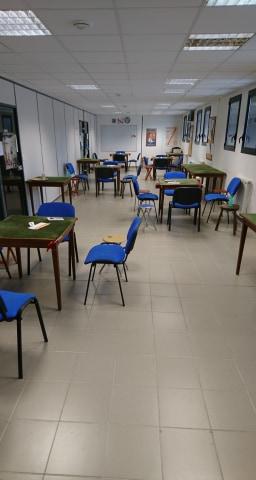 Cinq tables installées dans les distances de distanciations réglementaires