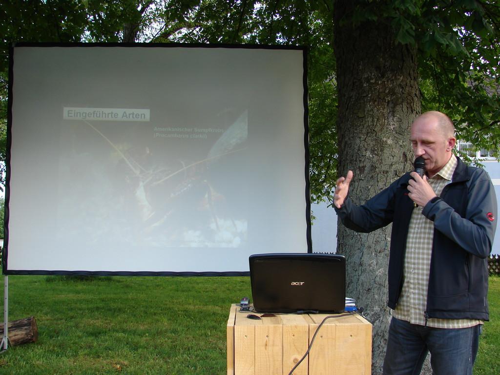 DI Clemens Gumpinger erklärt das archaische Paarungsverhalten des Amerikanischen Sumpfkrebses. Foto: Jasmin Frühwirth