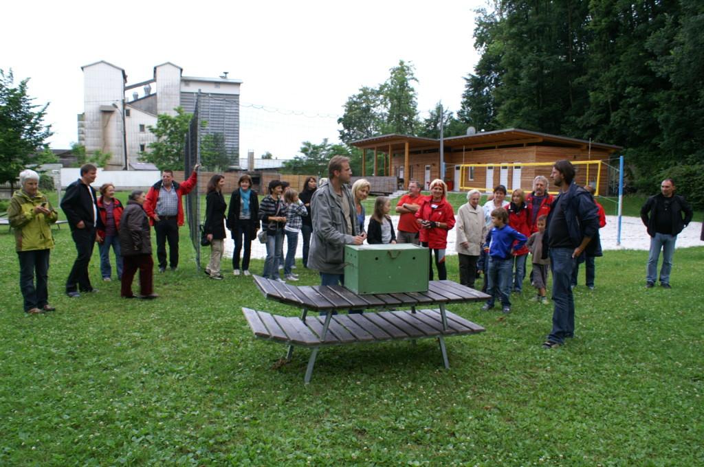 Die Mitglieder des Kneipvereins und deren Angehörige begleiten den Uhu in die Freiheit (Foto: Georg Kaindl sein., 22.6.)