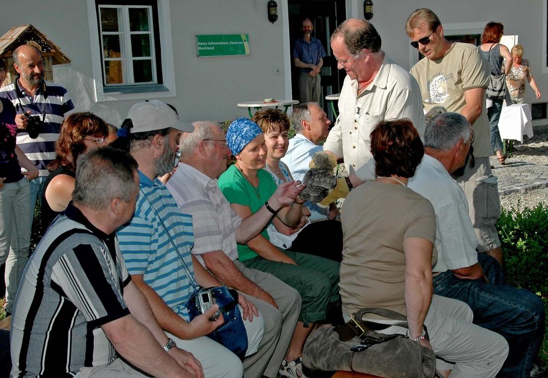 31.5.2008  Reinhard Osterkorn zeigt Beispiele von heimischen Eulen Foto :  Alois Kaltenböck