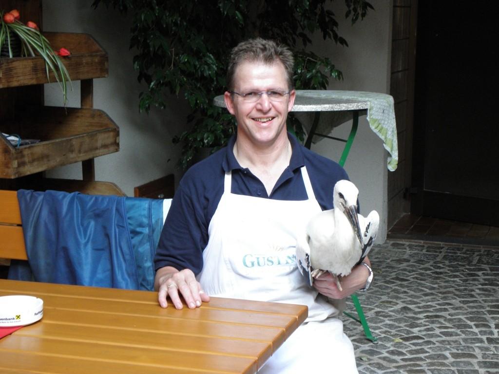 In der Hand des Retters Anton Böhm                              Foto: Robert Gattringer
