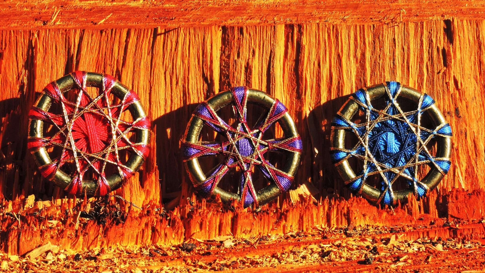 Nr. 20  3 Zwirnknopf-Anhänger   Ø  45 mm, Dicke 5 mm   Material: Baumwolle, Messing, Goldgarn