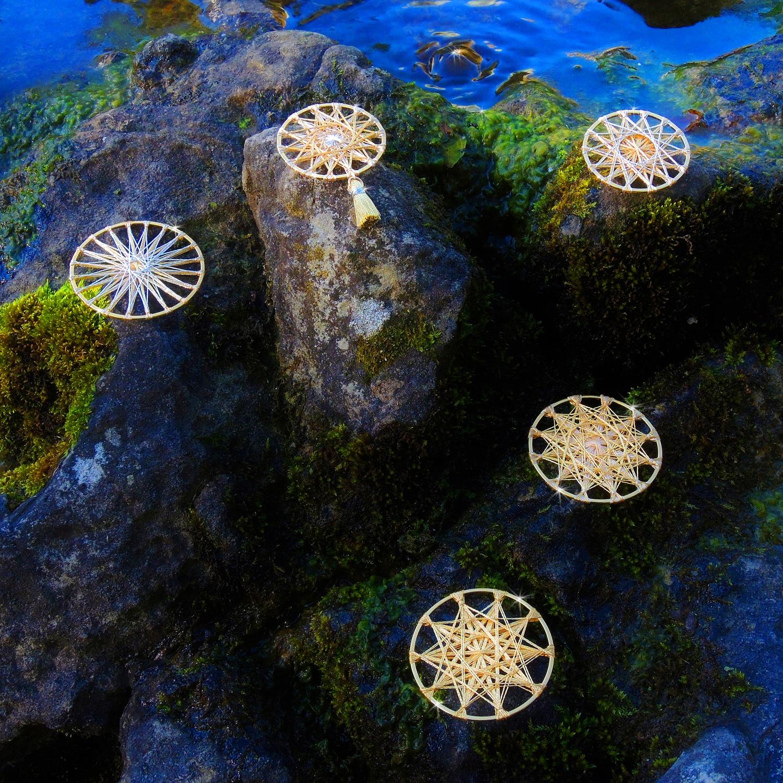 Nr. 1  Zwirnknopf-Anhänger | Ø 50 mm, 40 mm | Material: Metallisiertes Gold- und Silbergarn, Perlgarn, galvanisiertes Metall
