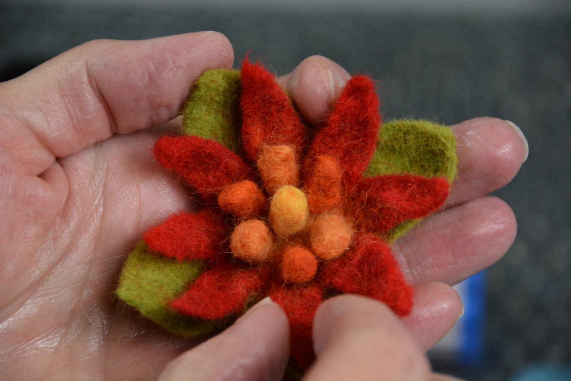 Beispielbild: Gefüllte Blüte (gefertigt nach Anleitung Upwolfing-Blumen)