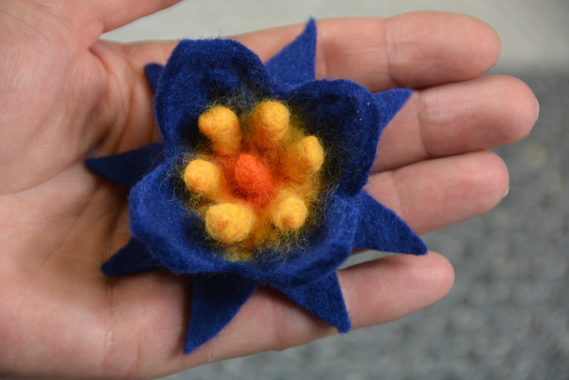 Beispielbild: Doppeldeckerblume (gefertigt nach Anleitung Upwolfing Blumen)