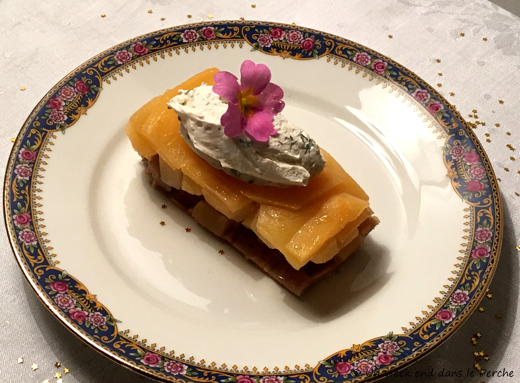 Tarte Tatin de navet boule d'or, Chantilly à la sariette, et fleur de primevère