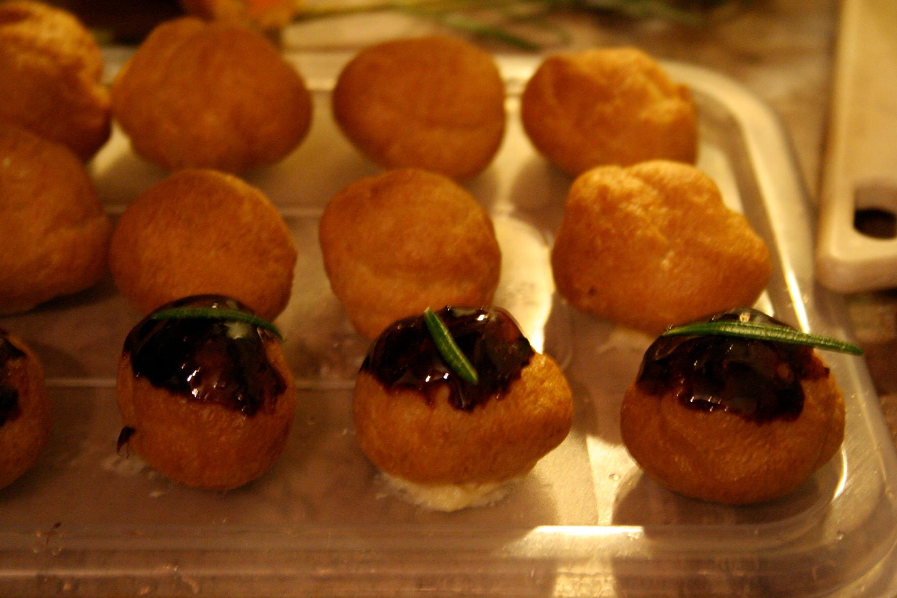 Mini-choux caramélisés et garnis d'une crème pâtissière au romarin