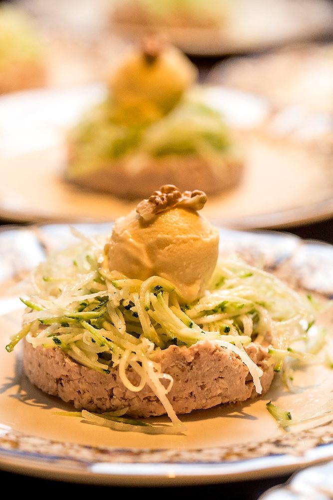 Pâté végétal de haricots blancs aux noix, méli-mélo de crudités et glace aux échalottes confites