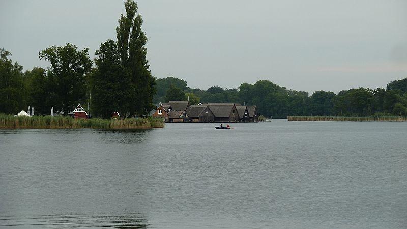 Häuser am Wasser kurz vor Röbel