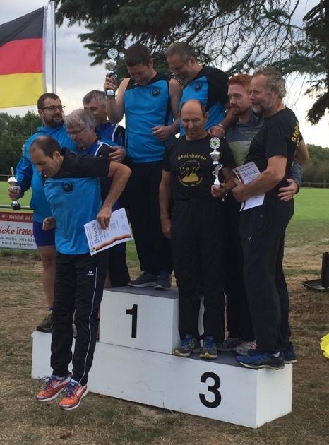 Hier ist eindeutig zu wenig Platz auf dem Siegerpodest, weswegen Stefan Münch per Spung in die Tiefe Raum für unseren Schwergewichtler Hendrik Szabó und dem ebenfalls nicht ganz leichten Mittelgewichtler Dr. Klaus Lutter schafft.