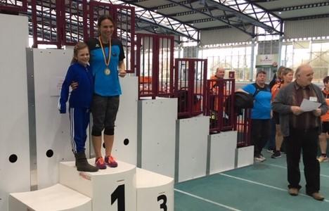 Anne Reuschenbach, die Siegerin im Mittelgewicht der WS 1 mit 9,66 m (Rheinland-Pfalz-Rekord) mit ihrer Tochter Fabienne auf dem Siegerinnenpodest.