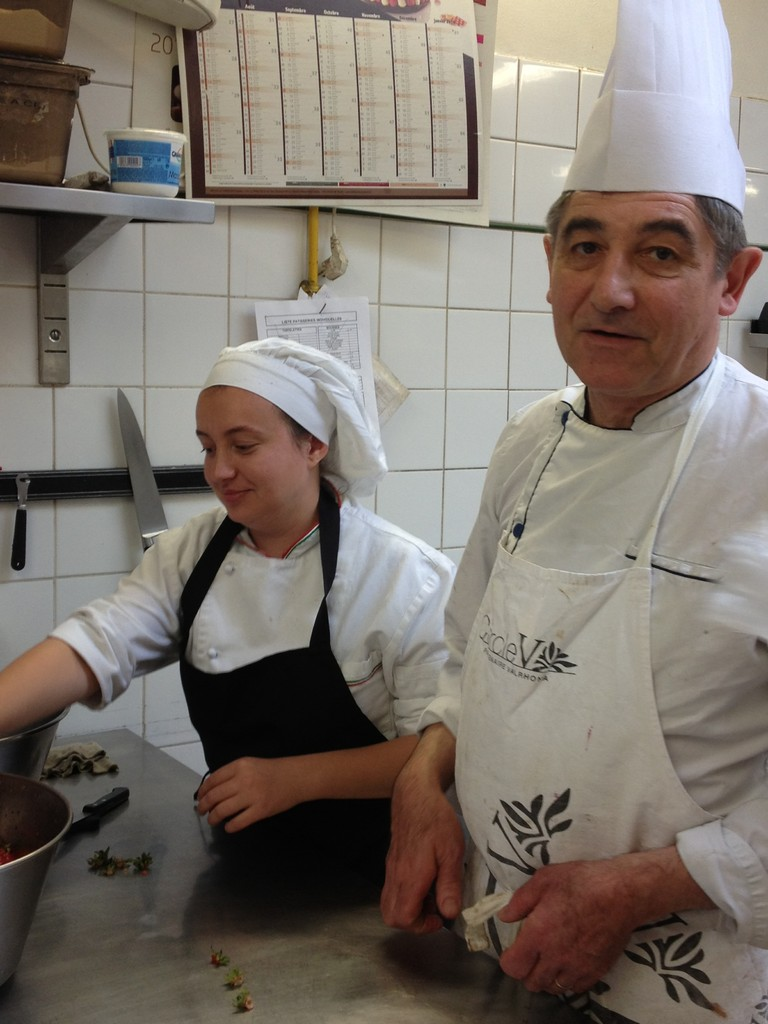 Iulia (roumaine) en stage pâtisserie avec son tuteur de stage / Pastry