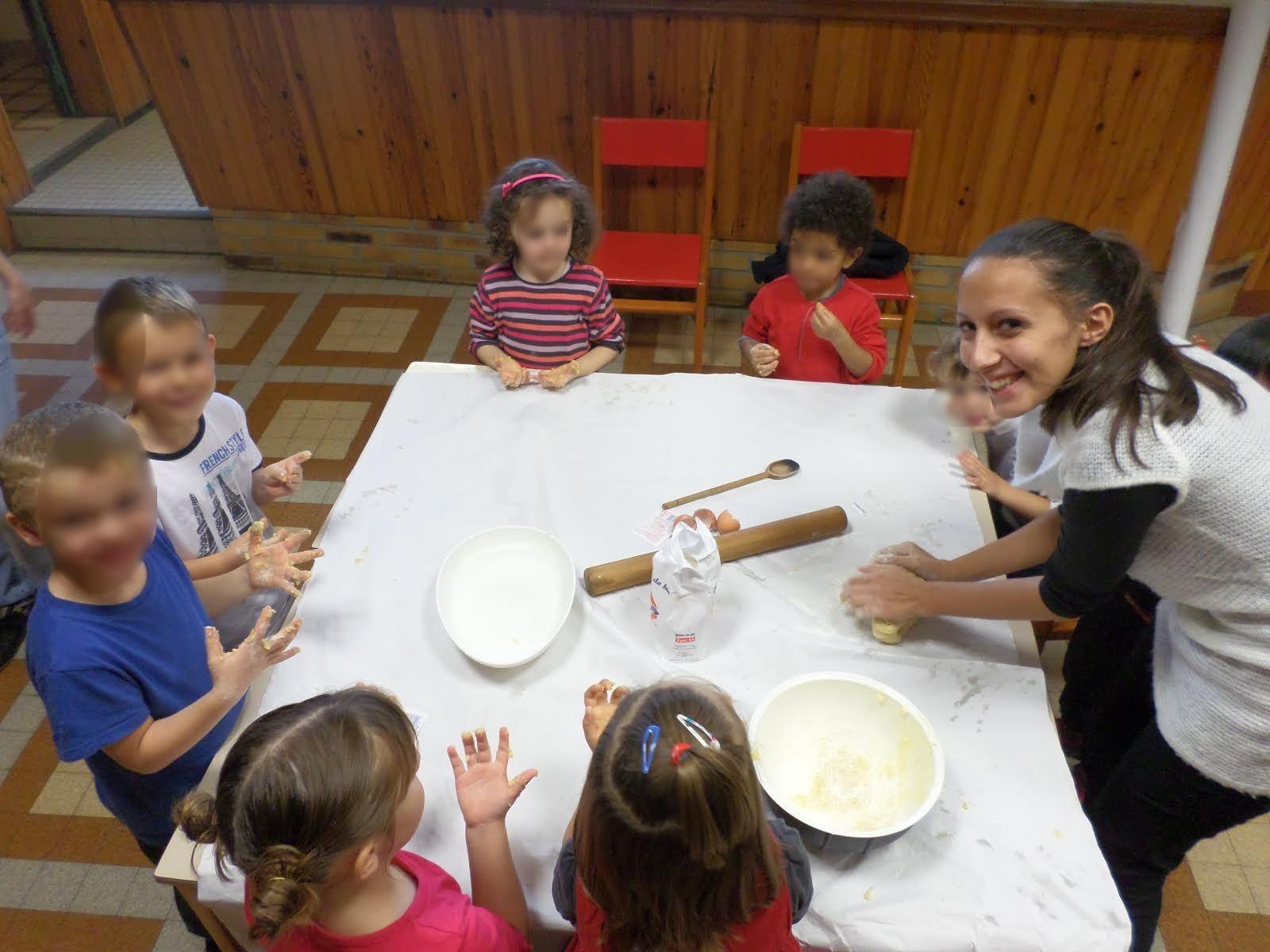 Martina (italienne) en stage d'animation avec de jeunes enfants / Martina running recreational activities for children