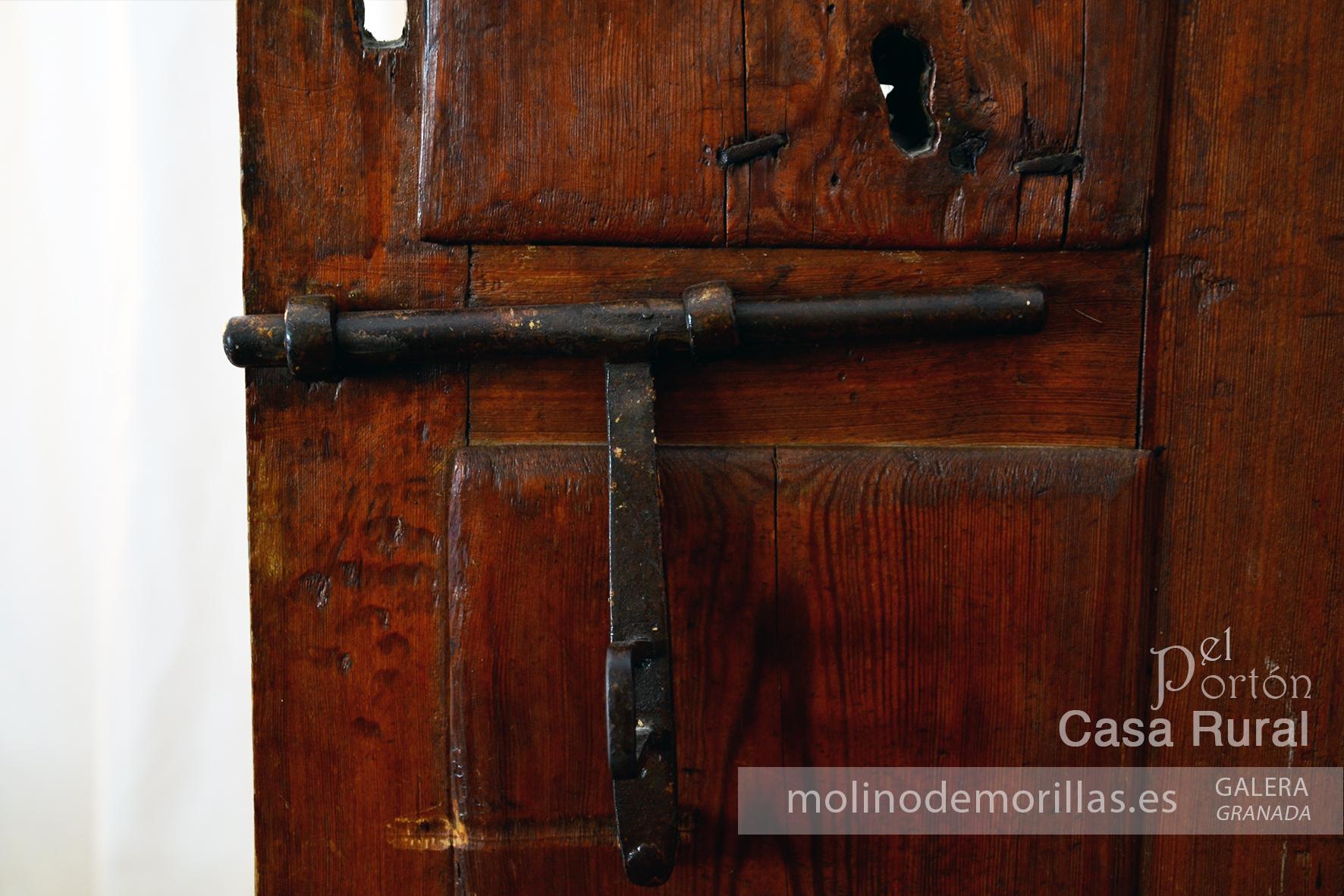 Elementos y materiales auténticos: pasador de una puerta de dormitorio
