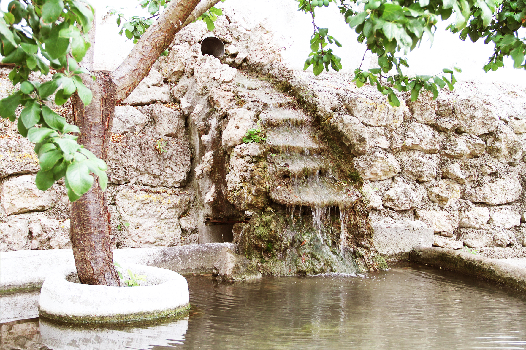 Cascadas de agua en las zonas ajardinadas exteriores