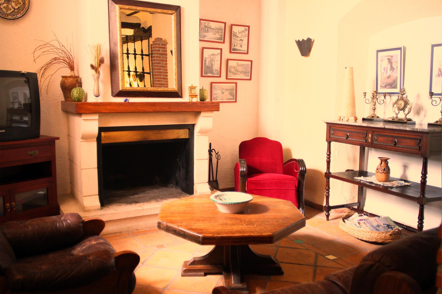 Salón interior común con chimenea