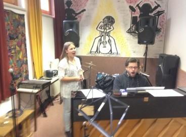 Smooth beim gemeinsamen Singen mit einer Schülerin.