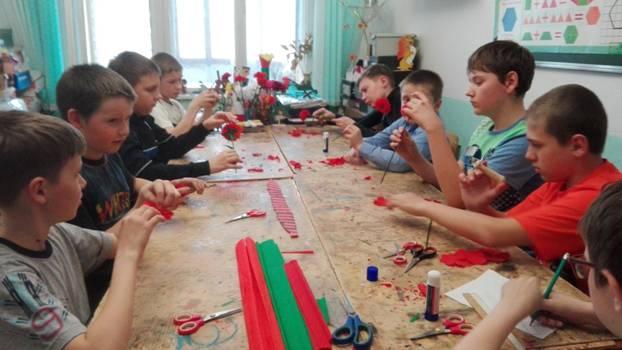 Занятие по изготовлению гвоздики в старшей группе №3 объединения «Умельцы».