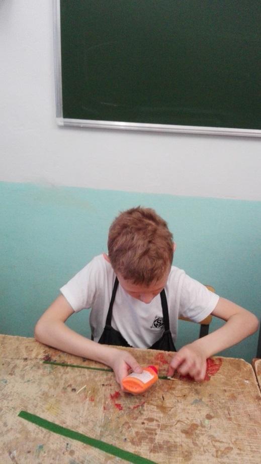 Гизбуллин Захар 1-й год обучения, принял участие по изготовлению гвоздики в общий букет