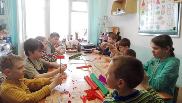 Занятие по изготовлению гвоздики в группе №2 объединения «Умельцы»