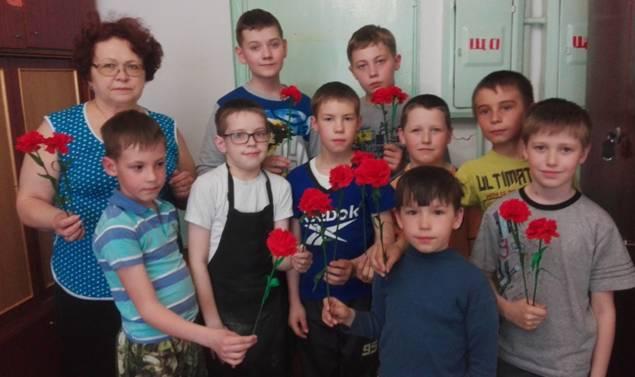 Фото на память в конце мастер – класса группы №3 объединения «Умельцы» с результатом своего труда – гвоздикой.